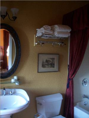 private bathroom with tub shower - bed breakfast close to Yosemite National Park