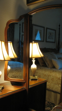 4 poster country queen bed (reflected in vanity mirror)